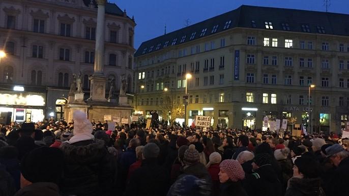 Vyjádřit nesouhlas se zvolením Zdeňka Ondráčka do čela komise pro kontrolu GIBS přišli i obyvatelé Brna. Foto: Jan Jakovljevič