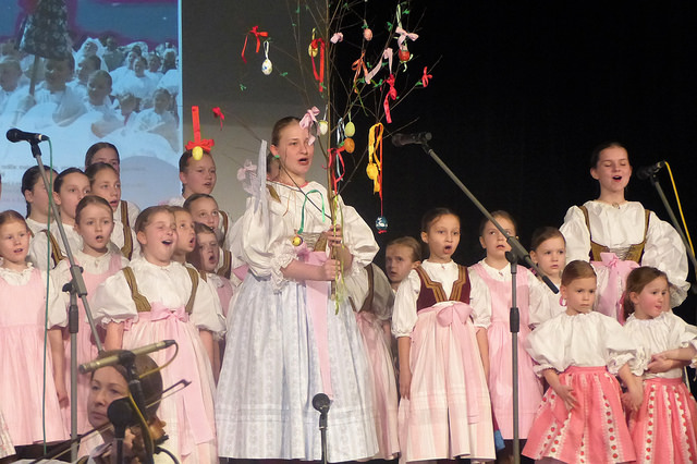 Dívky po symbolickém utopení Mořany v řece Olši oslavily příchod jara. Autor: Vojtěch Labuda.