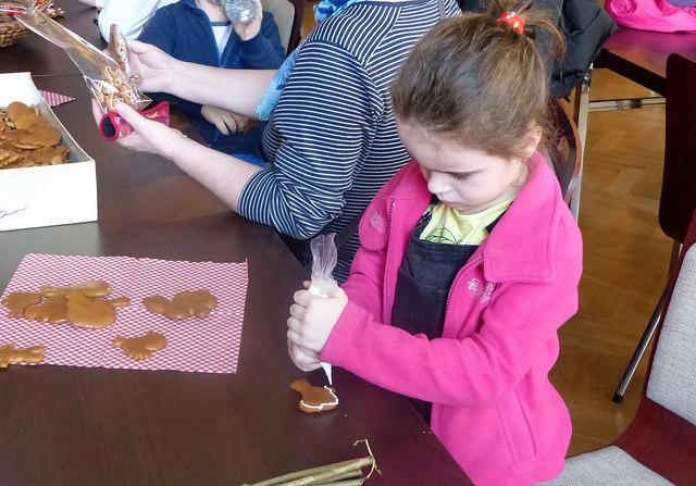 Děti si oblíbily rukodělnou výrobu, ve které si mohly vyzkoušet zdobení perníčků. Autor: Vojtěch Labuda.