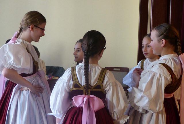 Dívky z folklórního souboru Slezanek se připravují na vystoupení. Autor: Vojtěch Labuda.