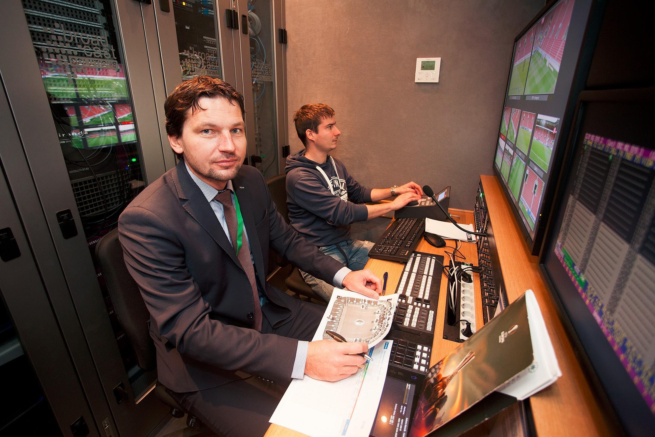 Jako první z českých rozhodčích se u videa představil Roman Hrubeš. Foto: Ligová fotbalová asociace