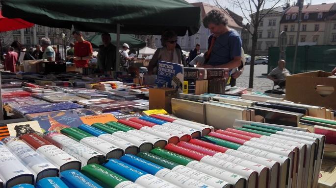 Lidé si mohou na trzích pořídit knihy ze zrušených knihkupectví, antikvariátů i nové tituly. Autor: Karolína Poláčková.