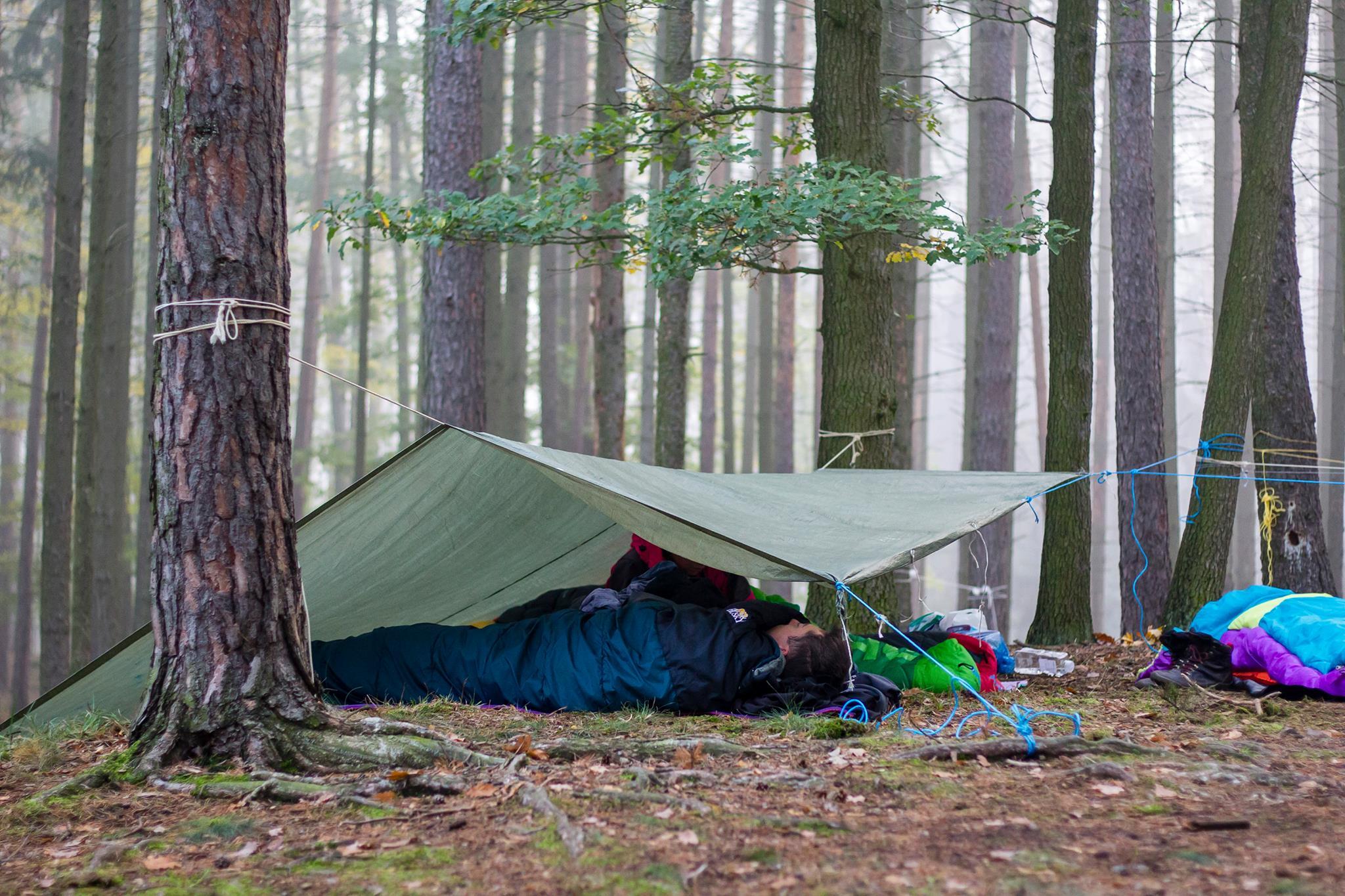 Účastníci spící na zimní akci microadventures v okolí Brna. Foto: webová stránka Zahorami.cz