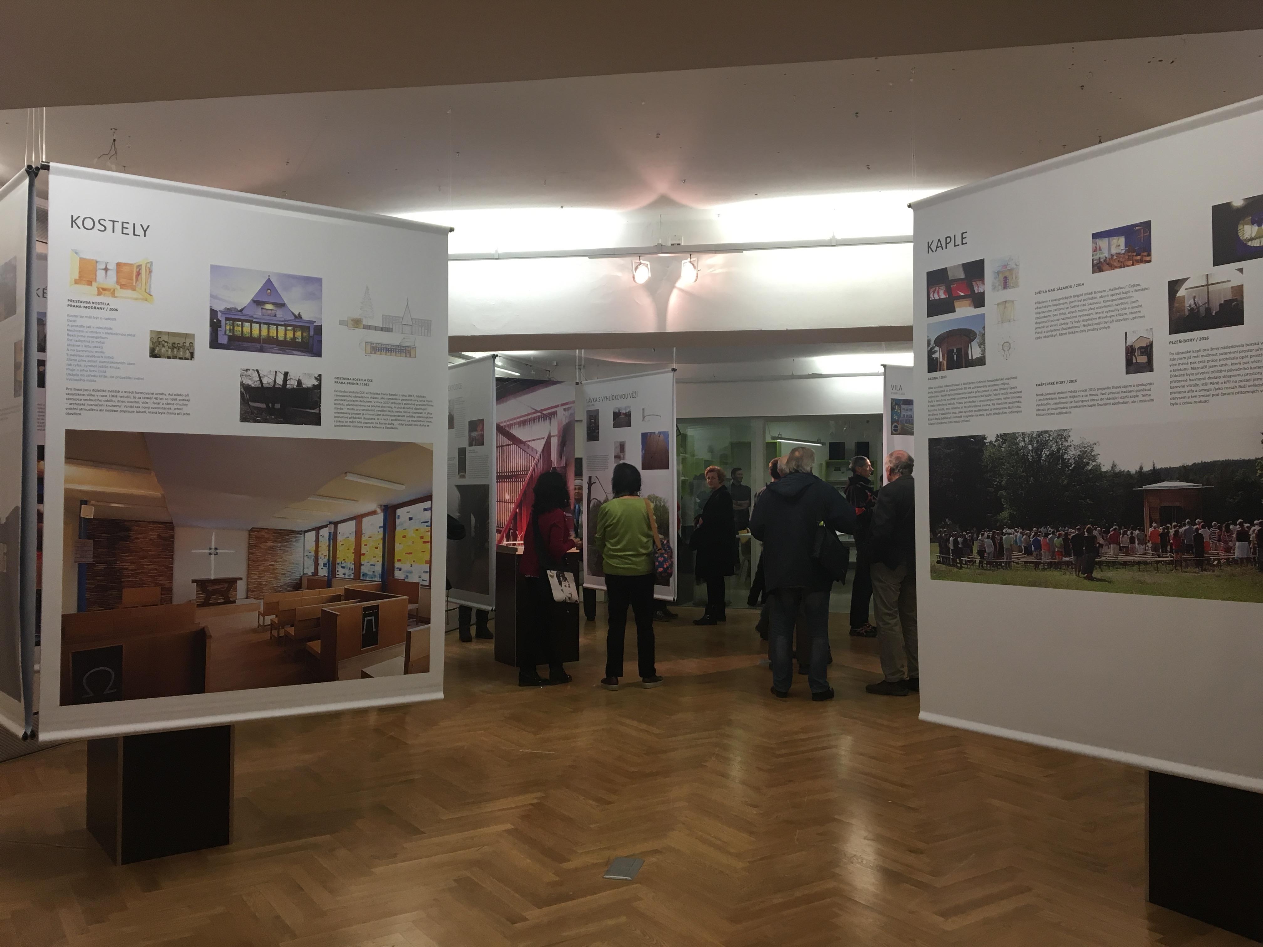 Na zahájení výstavy se přišlo podívat mnoho návštěvníků.
