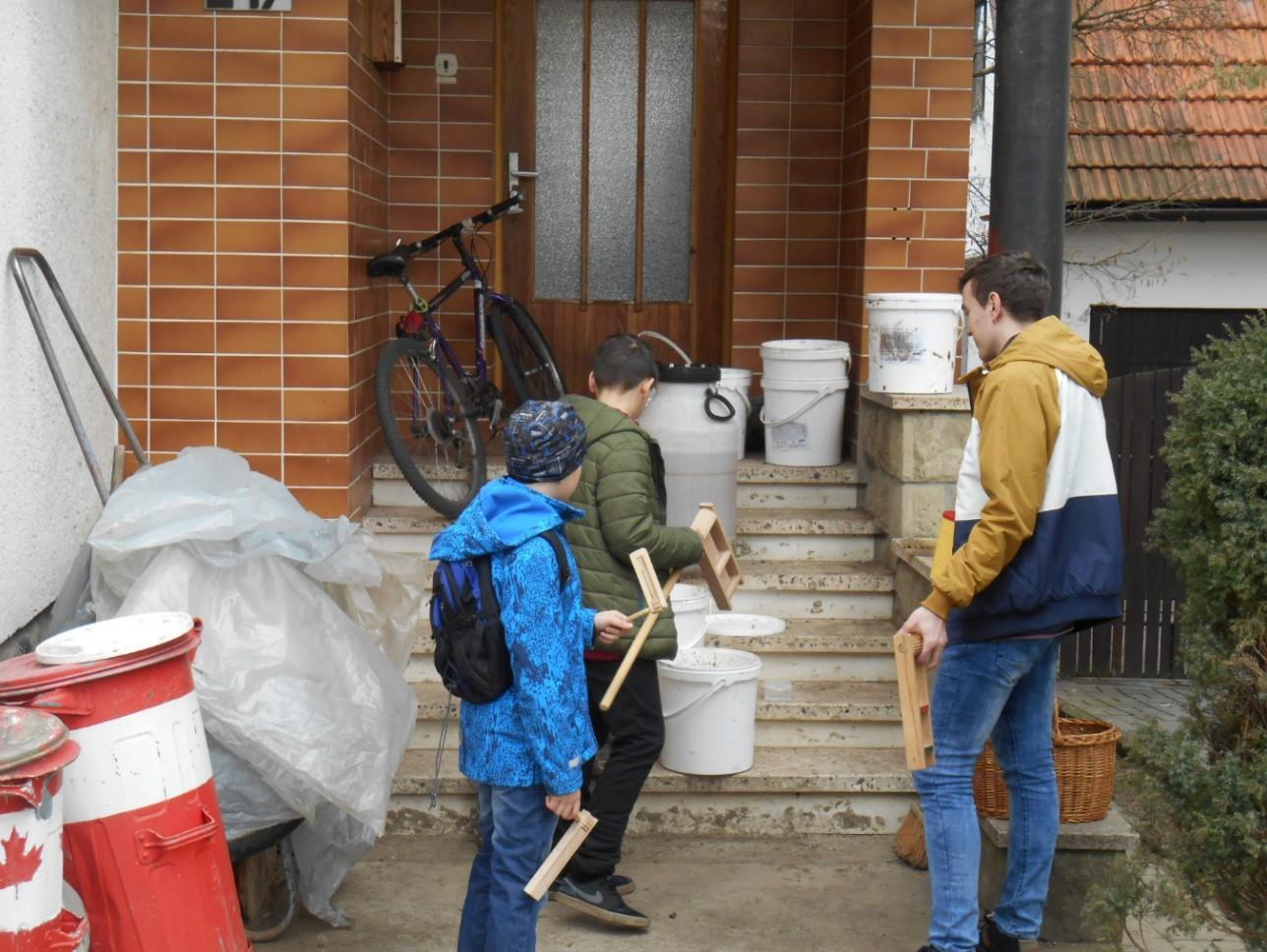 Hrkači obchází domy ve vesnici. FOTO: Dagmar Matulíková