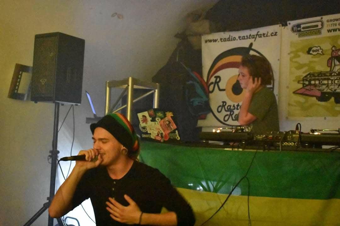 Mladý umělec zpívá také reggae. FOTO: Archiv Filipa Talacha