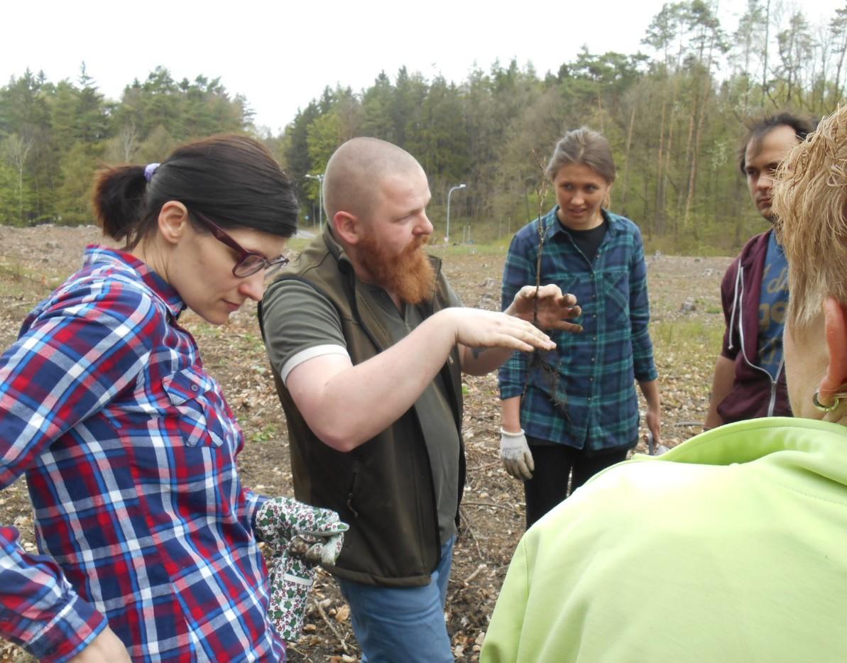 Luděk Szórád instruuje dobrovolníky. FOTO: Dagmar Matulíková
