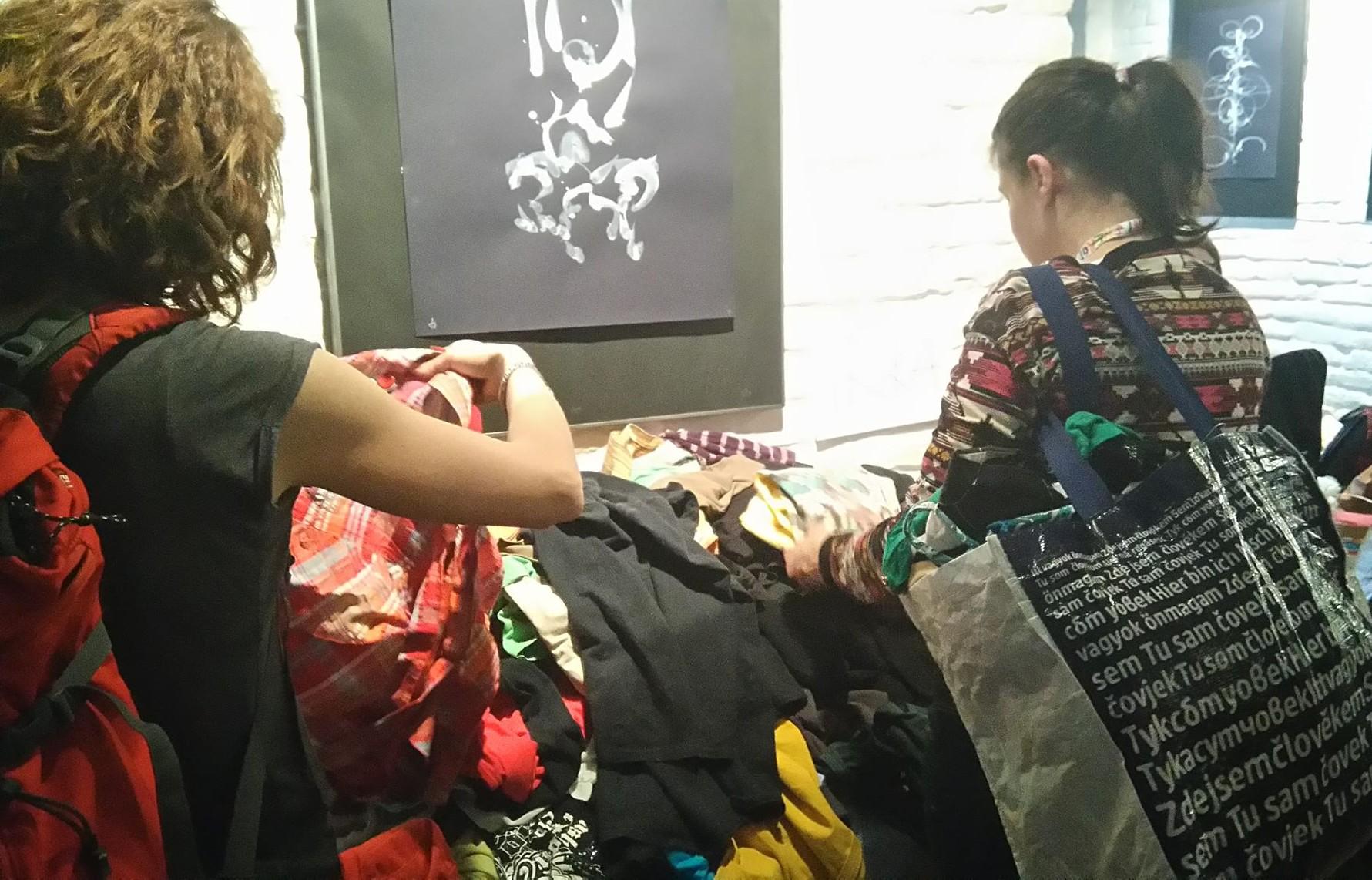 Lidé přinesli do FreeShopu spoustu oblečení. FOTO: Dagmar Matulíková