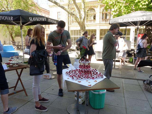 Od čtrnácté hodiny začali návštěvníci hodnotit dortíky pomocí mobilů s připojením k internetu. Foto: Veronika Charvátová