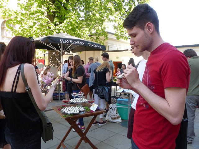 Návštěvníci obcházeli všech 21 stanovišť a ochutnávali malé cupcakes. Foto: Veronika Charvátová