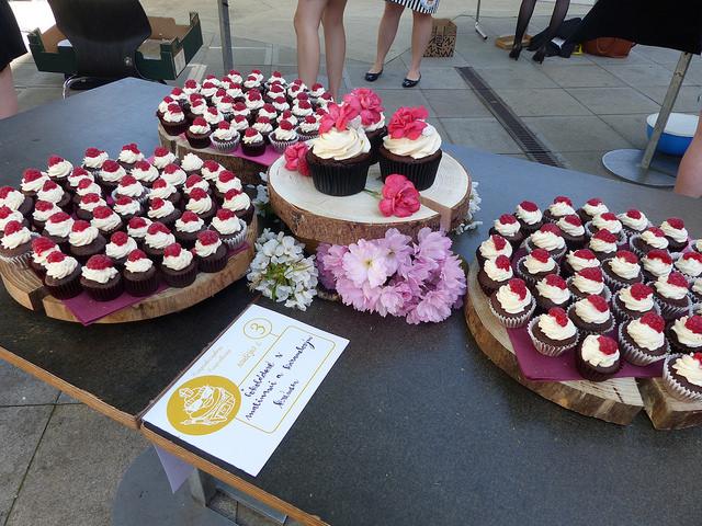 Návštěvníci, si mohli po vyhlášení soutěže popovídat s cukráři a dozvědět se recepty na dortíky, které jim chutnaly. Foto:Veronika Charvátová