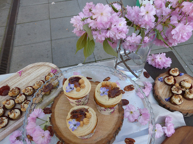 Vítězné mandlové cupcaky s krémem diplomat, fazolí tonka, karamelizovaným přelivem a pecany od Zuzany Červinkové, které se nejen líbily ale také diváků i porotě nejvíce chutnaly. Foto: Veronika Charvátová
