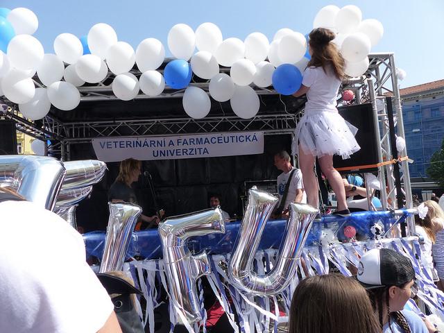 Studenti Veterinární farmaceutické univerzity v Brně, měli nejmenší počet zúčastněných studentů. Kapela Vypsaná fixa, však k vozu přilákala řadu kolemjdoucích. Foto: Veronika Charvátová