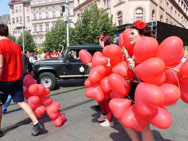 Alegorické vozy s kapelami přijely na náměstí Svobody. Foto: Veronika Charvátová