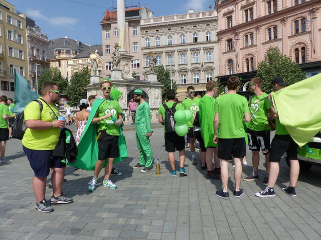Zástupci Mendelovy univerzity se připravují na průvod. Foto: Veronika Charvátová