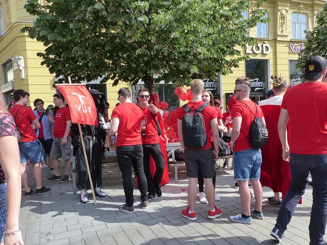 Studenti VUT se společně chystají na zahájení průvodu. Foto: Veronika Charvátová