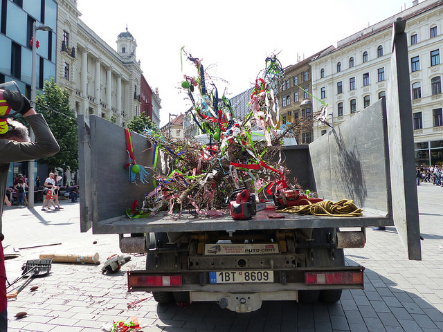 Mezitím, co králové a královny slavnostně stříhali pásku, dřevorubci pokáceli májku na náměstí Svobody. Foto: Veronika Charvátová