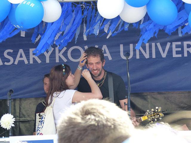 Masarykovu univerzitu reprezentovala kapela Jelen. Hlavní zpěvák Jindra Polák si nechal nakreslit logo univerzity na tvář. Foto: Veronika Charvátová
