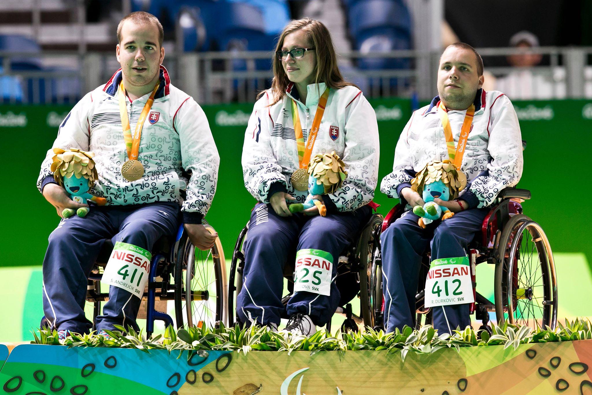 Samuel Andrejčík (první zleva) po předání zlaté medaile na paralympiádě v Riu de Janeiru. Foto: facebookový profil Samuela Andrejčíka