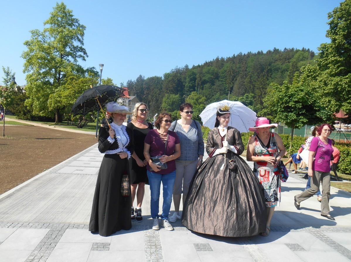 Ženy a muži v historických kostýmech se procházeli po náměstí. FOTO: Dagmar Matulíková